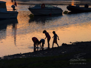 Photo d'enfants au crépuscule