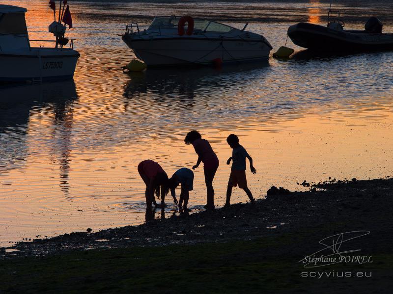 Photo d'enfants au crépuscule