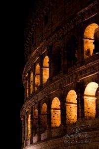 Photo nocturne de la façade du Colisée de Rome
